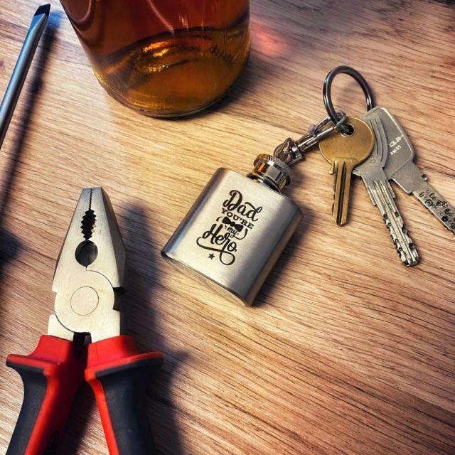 Noch kein Geschenk zum Vatertag? Wie wärs mit einem Schlüsselanhänger! #geschenk #gravur #gravieren #wunschgravur #individuell #personalisiert #vatertag #dadyouremyhero #dadhero #schlüsselanhänger
