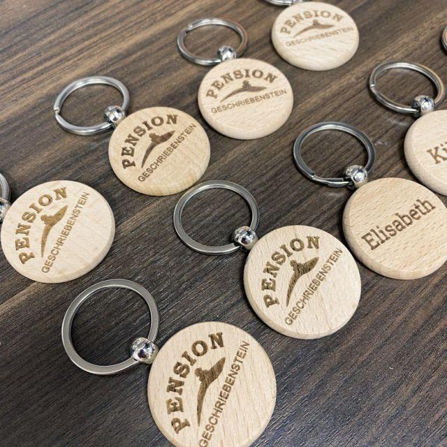 Schöne Schlüsselanhänger für die Zimmer einer Pension. #pension #hotel #apartment #schlüsselanhänger #gravur #giveaways #holz #holzanhänger #schlüssel #zimmer LaserTexx  @lasertexx