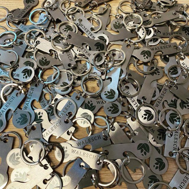 Schlüsselanhänger als Werbegeschenke individuell gestalten.  #schlüsselanhänger #werbegeschenke #giveaways #gravur #selbstgestalten #styleopen #flaschenöffner #einkaufswagenchip #einkaufswagenlöser @lasertexx
