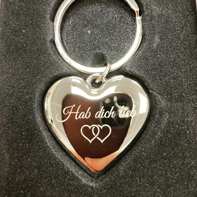 Schlüsselanhänger mit Wunschgravur im Shop gestalten.  #herz #liebe #schlüsselanhänger #gravur #wunschgravur #gravieren #geschenkgeschenkidee #almere #partnergeschenk #individuell #personalisiertegeschenke #jahrestag #kennenlerntag