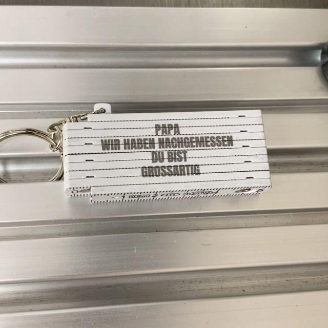 Schlüsselanhänger mit Wunschgravur als Geschenk  #schlüsselanhänger #maßstab #gravur #geschenk #wunschgravur #heimwerker #papa #vater #besterpapa #bestervater #giveaway @keyboo.at